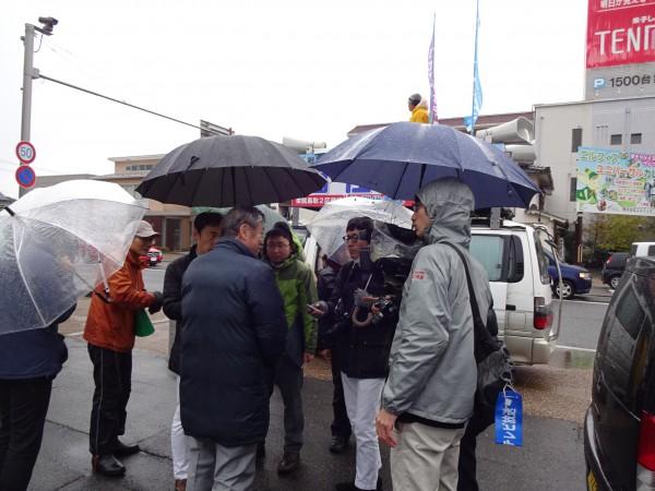 米子で記者団に囲まれる