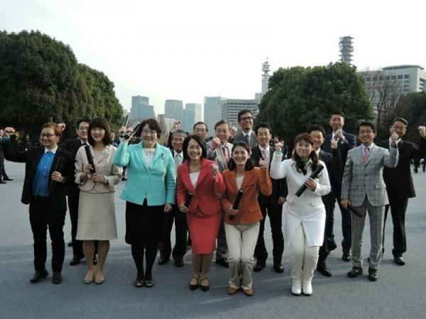 女性議員前列