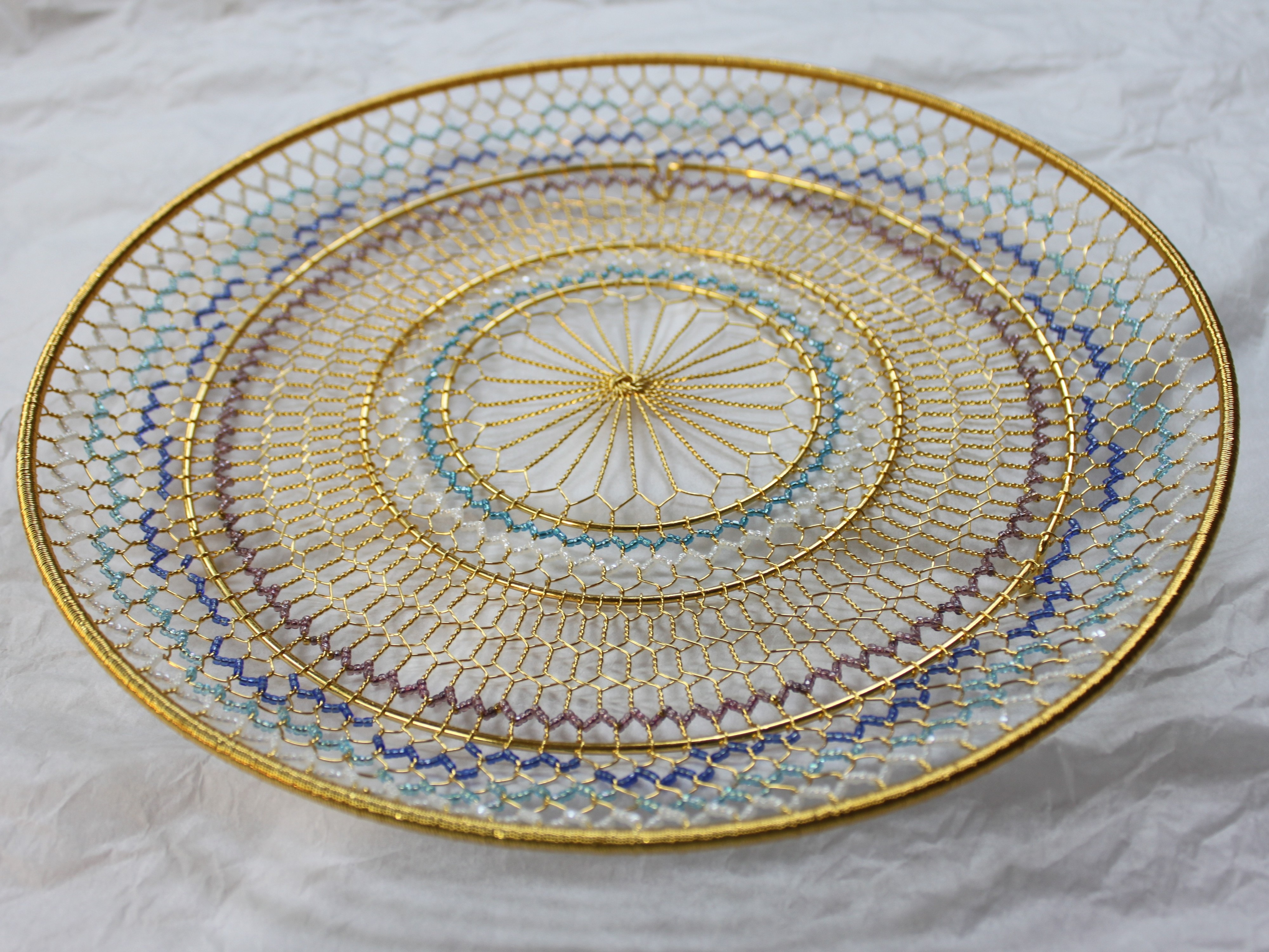 手網の飾り皿。ビーズがあしらわれています