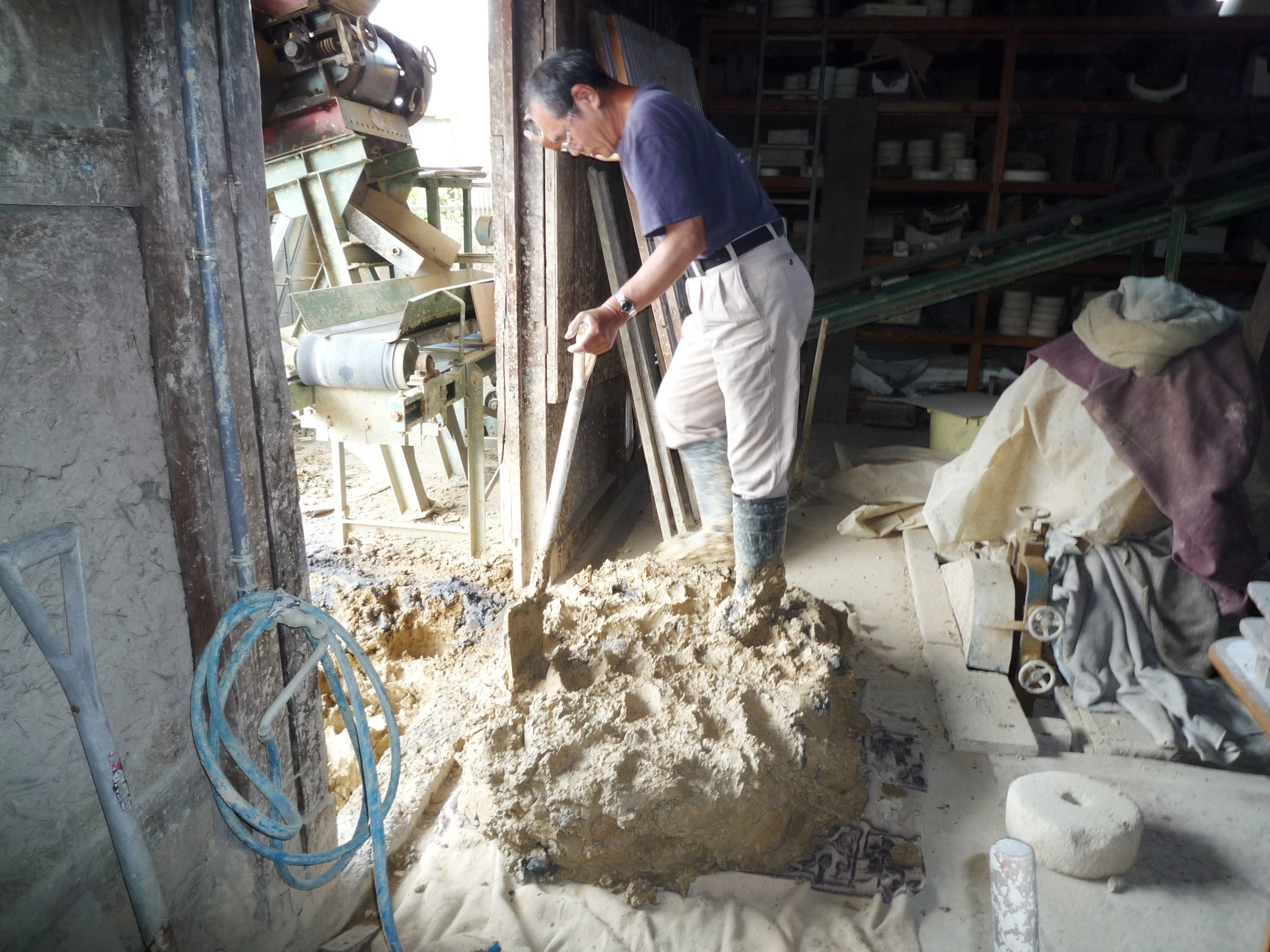 土を箱の形に積み上げる「箱詰」という作業。土作りは重労働です