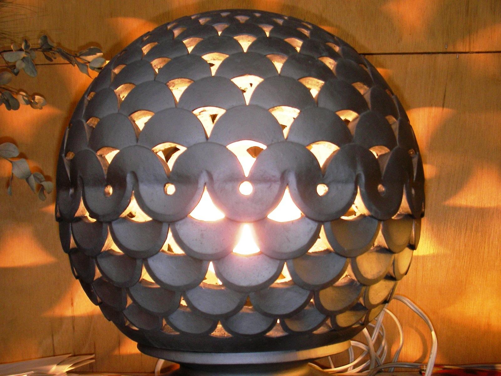 瓦を使った新製品も色々と開発している:照明器具になる瓦