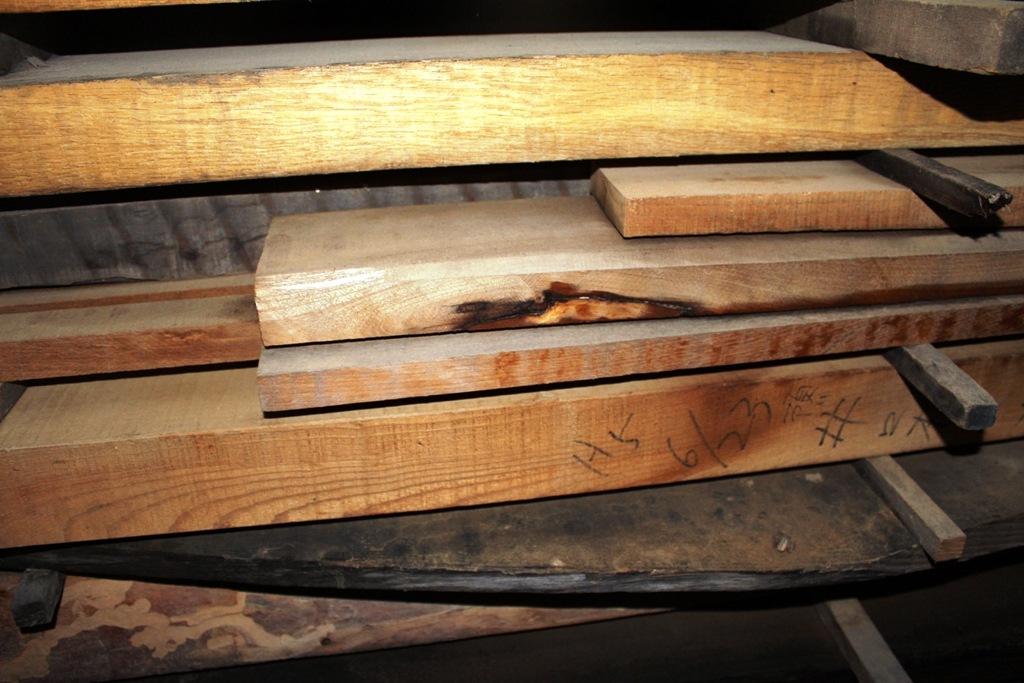 乾燥中の木材、中には平成5年6月に仕入れたものも