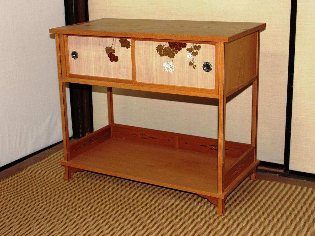 ケヤキ材 蔦蒔絵(つたまきえ)の飾り棚(角には強度を保つ為、黒タンを使用しています)