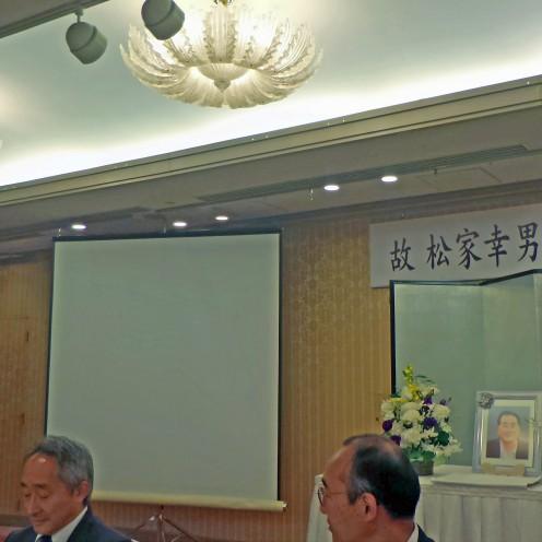 偲ぶ会の呼びかけ人を代表して挨拶する元市会議員の中村克己さん。